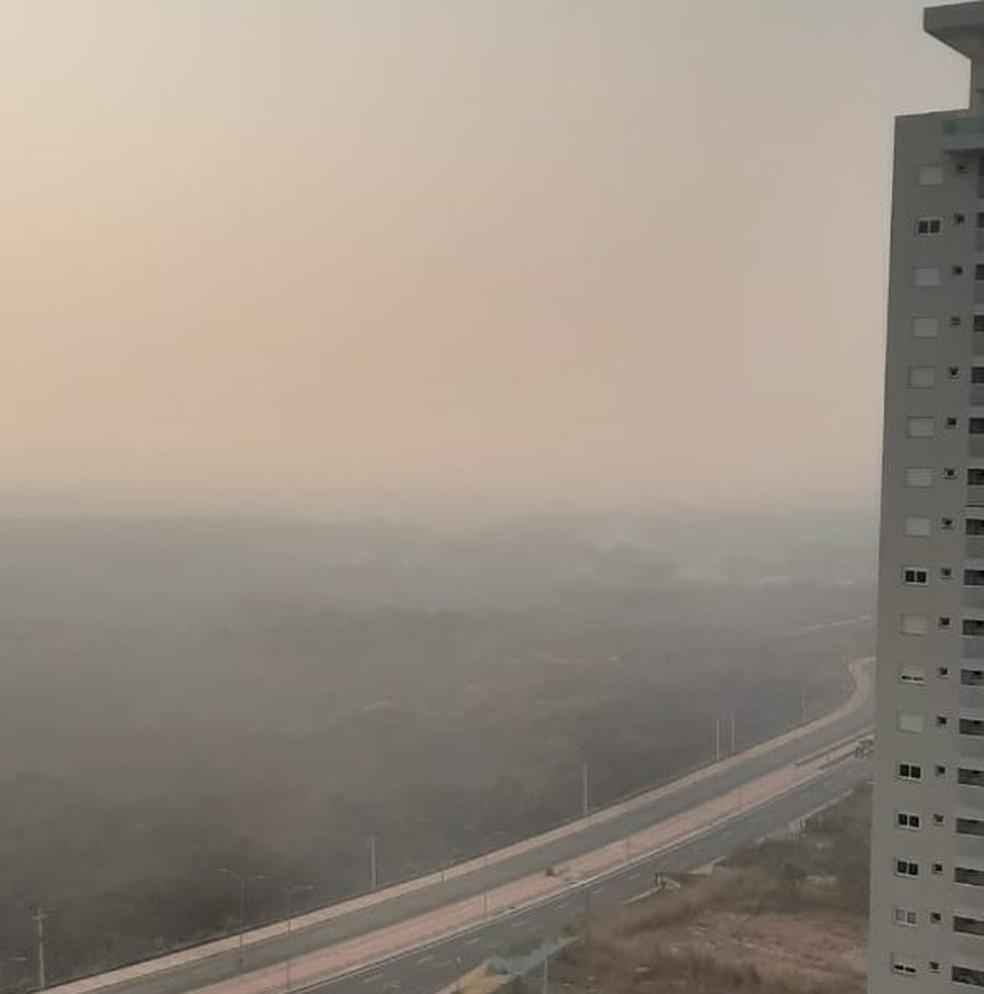 Fumaça densa cobre o céu de Cuiabá — Foto: Luciana Giradelo/Centro América FM