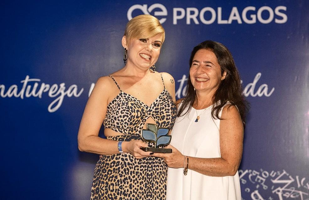 A gerente, Niella Morato, do Jurídico, entregou o troféu à jornalista Maria Fernanda Quintela — Foto: Divulgação Prolagos