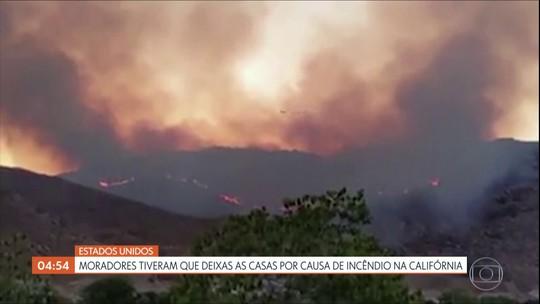 Moradores deixam suas casas por causa de incêndio na Califórnia, nos EUA