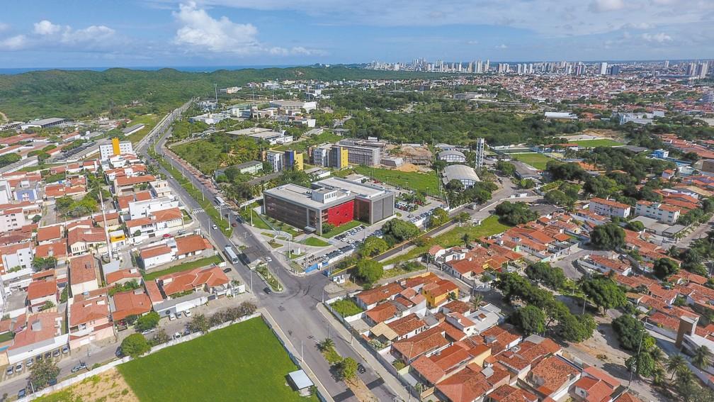 Parque Tecnológico Metrópole Digital compreende trechos de cinco bairros ao redor do Instituto Metrópole Digital - prédio vermelho ao centro. — Foto: Arthur Varela