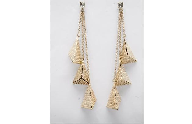 Brinco dourado triângulos da Clutch Acessórios (vendidos na loja Faladeira) (R$ 66)                                           (Foto: Daniela Dacorso)