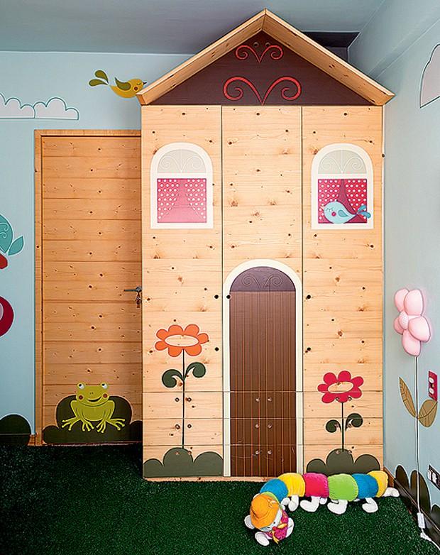 Dois em um: o móvel projetado pelo arquiteto Rodrigo Ângulo para sua filha Laura, de um ano e meio, funciona como brinquedo e armário. A forma de casinha de bonecas e os adesivos produzidos sob encomenda dão um ar lúdico para o quarto da bebê (Foto: Edu Castello/Casa e Jardim)