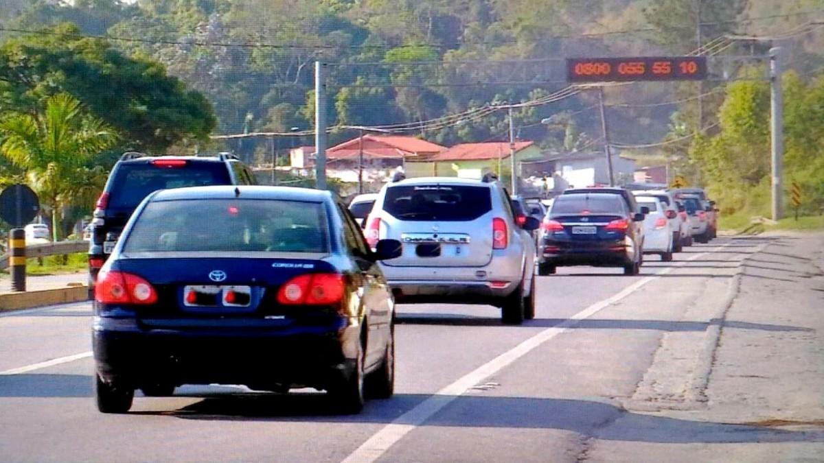 Último dia do feriado prolongado tem trânsito intenso sentido Mogi das Cruzes, pela Mogi-Bertioga