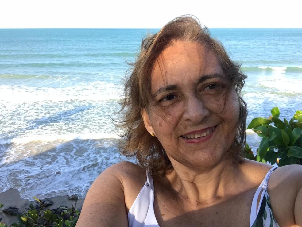 Professora Anameire Barata, reconstruiu seio após fazer mastectomia durante tratamento de câncer, em Natal. 'Não doeu nada' — Foto: Cedida