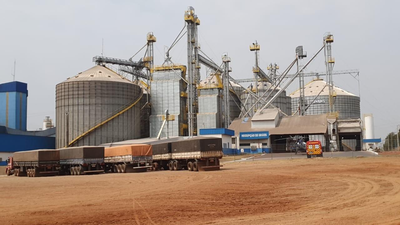 Três trabalhadores são parcialmente soterrados em silo de grãos de avícula de Cianorte