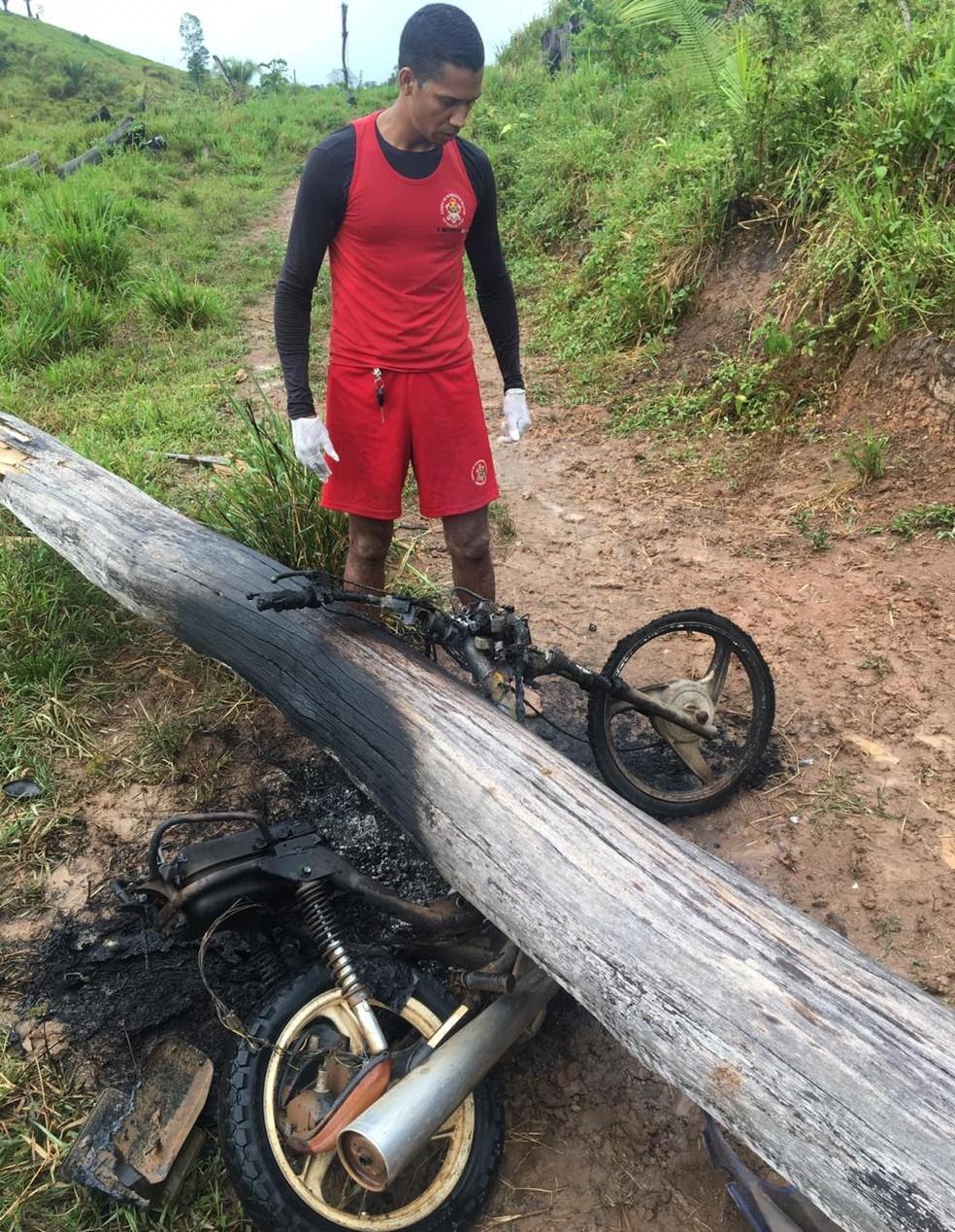 Homem morre após árvore cair em cima da moto que pilotava e veículo explodir — Foto: Arquivo/Corpo de Bombeiros