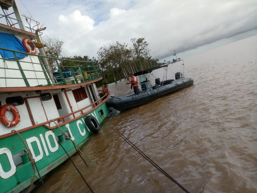 Equipe de Inspeção Naval esteve no local onde o empurrador atracou para levantar informações sobre o princípio de incêndio (Foto: Marinha/Divulgação)