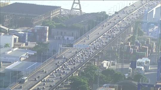 Motoristas enfrentam congestionamento na Ponte Rio-Niterói