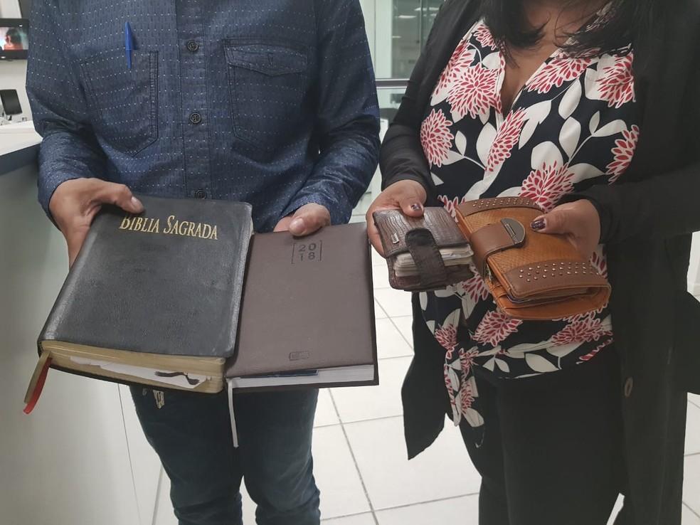 Casal disse que bandidos devolveram parte dos pertences, menos os celulares, ao serem liberados do carro de carona em Cabo Frio, no RJ — Foto: Ariane Marques/G1
