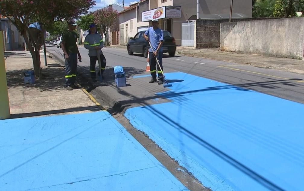Ruas de Tietê foram pintadas de azul para diminuir a temperatura ambiente — Foto: Reprodução/TV TEM