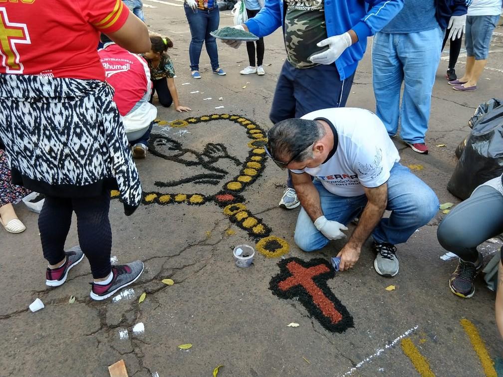 Confecção de tapete para a procissão de Corpus Christi, em Campo Grande (MS) (Foto: Ariovaldo Dantas/TV Morena)