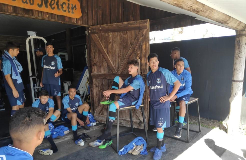 Jovens no CT Presidente Hélio Dourado, do Grêmio — Foto: Julio Cesar Santos