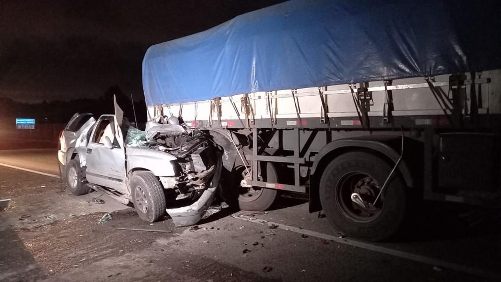 Quatro pessoas morreram em batida entre um carro e um caminhão, na BR-277, em São José dos Pinhais — Foto: Tony Mattoso/RPC