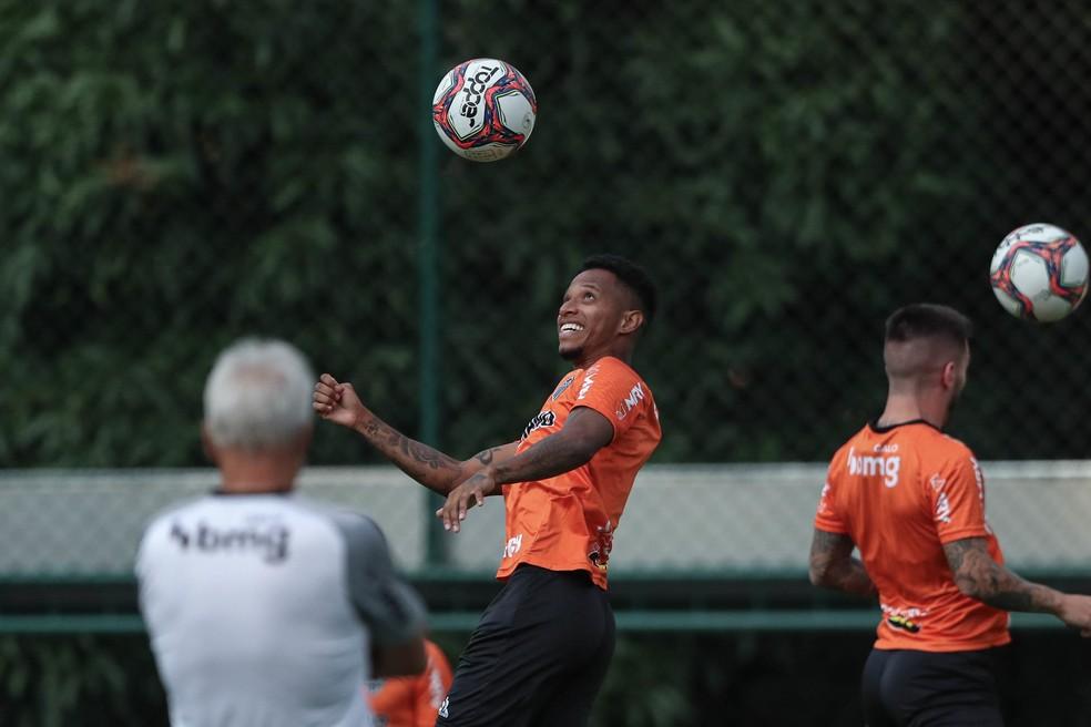 Tchê Tchê durante treino na Cidade do Galo — Foto: Pedro Souza/Atlético-MG
