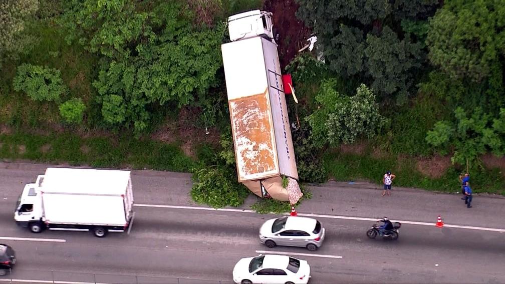 Caminhão cai em barranco na Rodovia Régis Bittencourt em Embu das Artes — Foto: Reprodução TV Globo