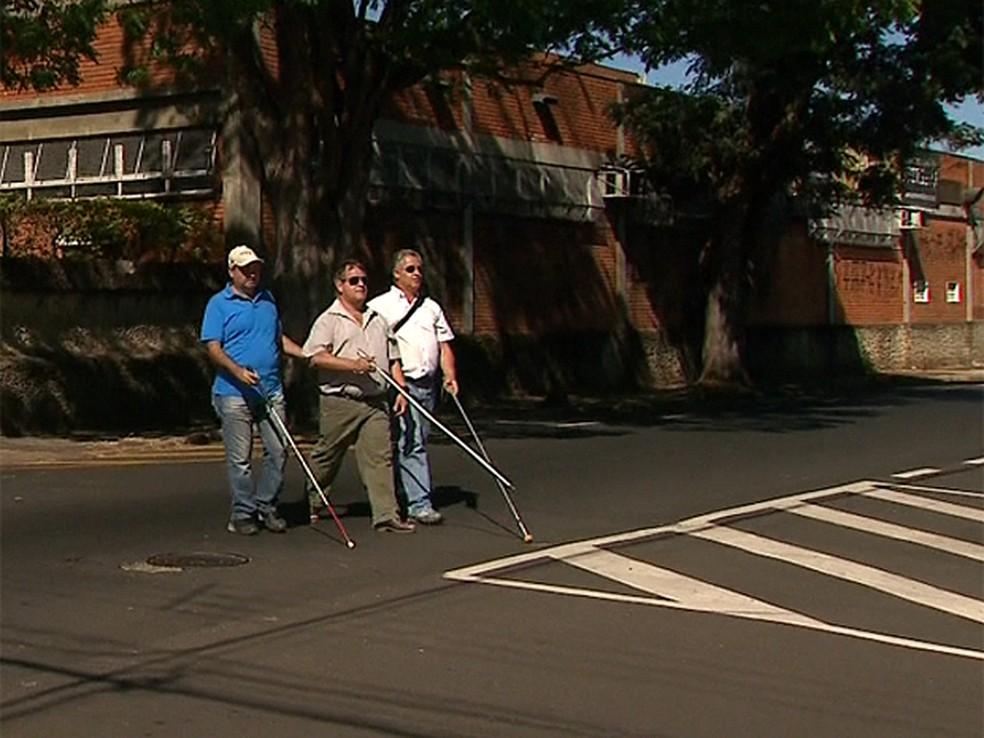 Botoeiras vão dar mais segurança para cegos atravessarem as ruas — Foto: Márcio Meireles/EPTV