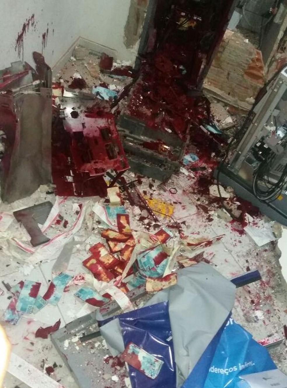 Caixa eletrônico ficou totalmente destruído (Foto: Divulgação / PM)