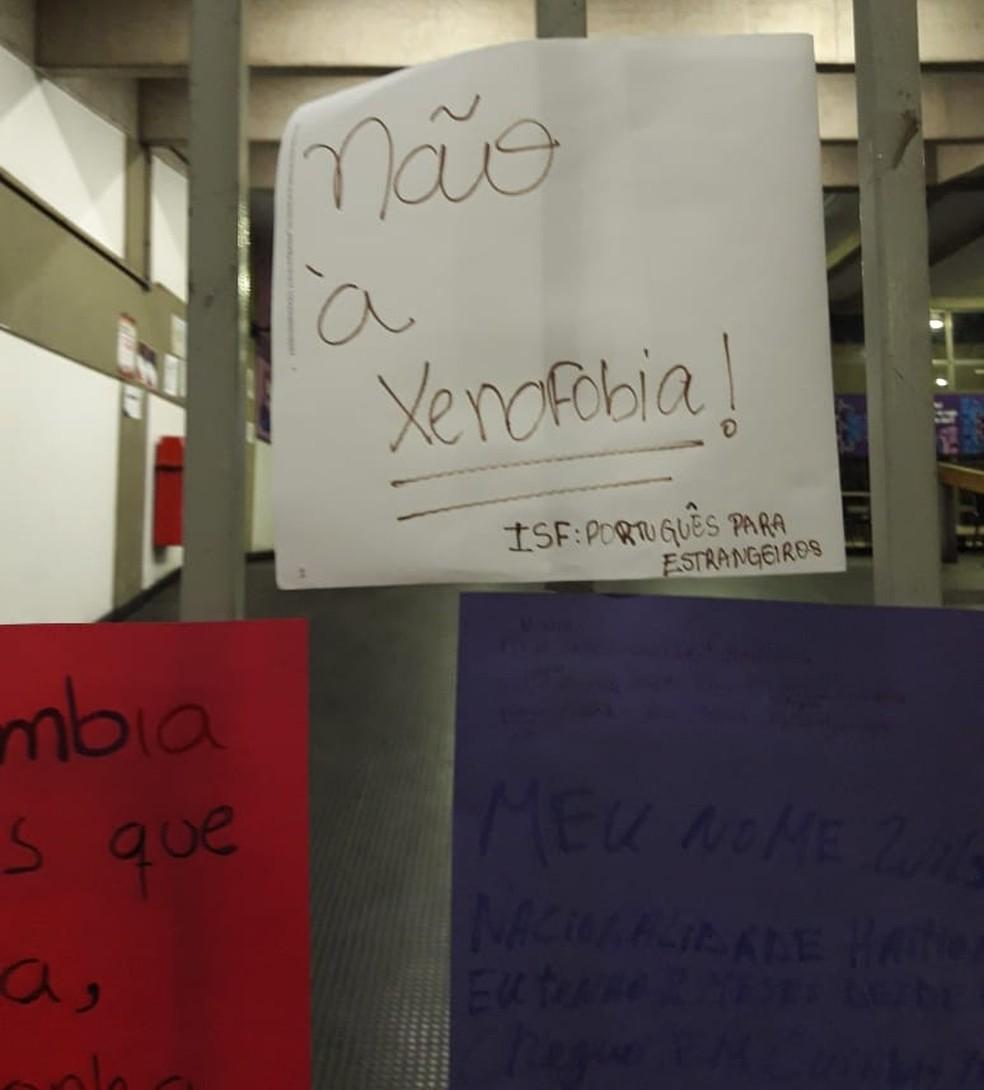 Alunos estrangeiros fizeram cartazes durante aula na UFMT — Foto: André Souza/G1