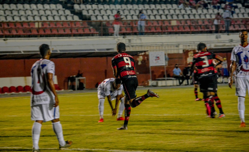 Samuel comemora gol contra o Unirb — Foto: Victor Ferreira/ECV