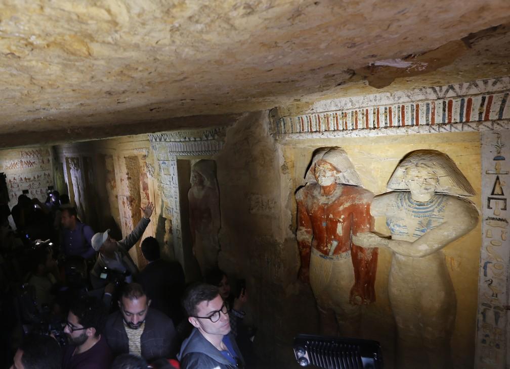 """Cinegrafistas e visitantes visitam o túmulo da Purificação Real do Sacerdote durante o reinado do Rei Nefer Ir-Ka-Re, chamado """"Wahtye"""". — Foto: AP Photo/Amr Nabil"""