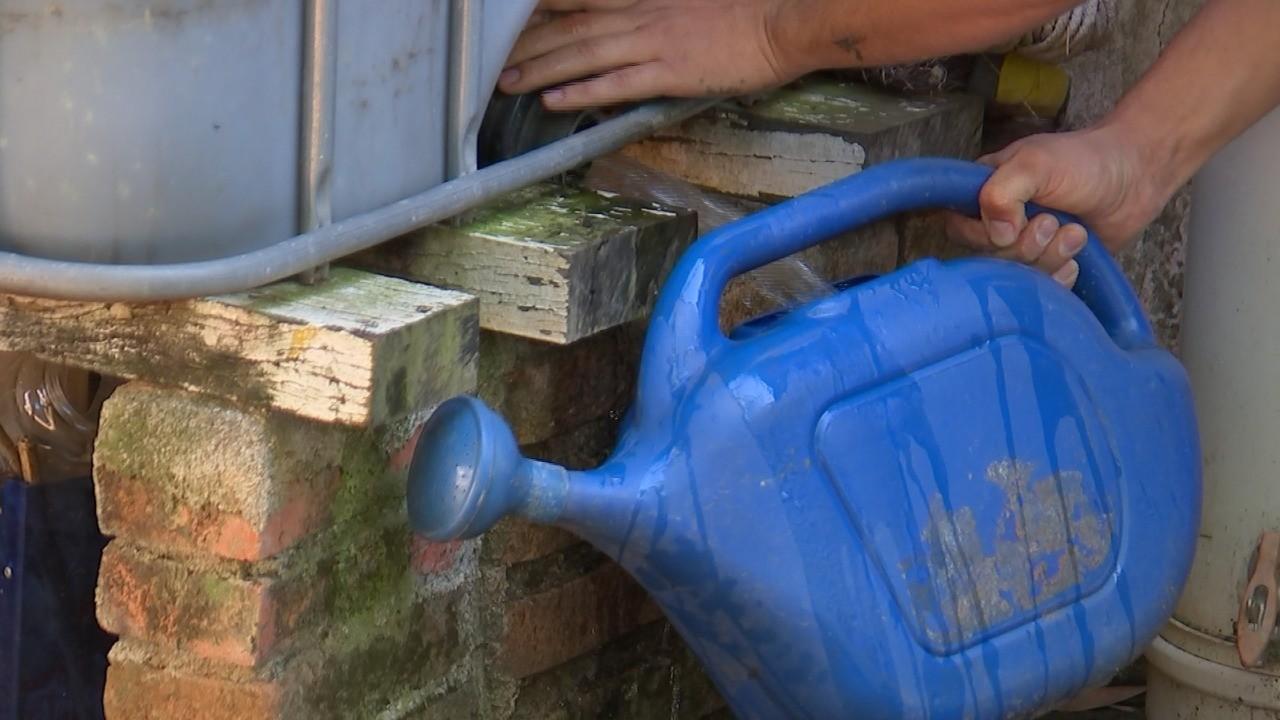 Com 19 cidades do estado de SP em esquema de rodízio, moradores criam alternativas para manter água em casa