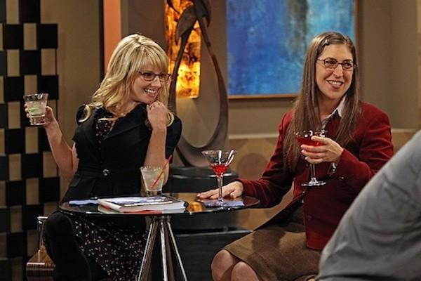 Mayim Bialik e Melissa Rauch em cena de The Big Bang Theory (Foto: Reprodução)