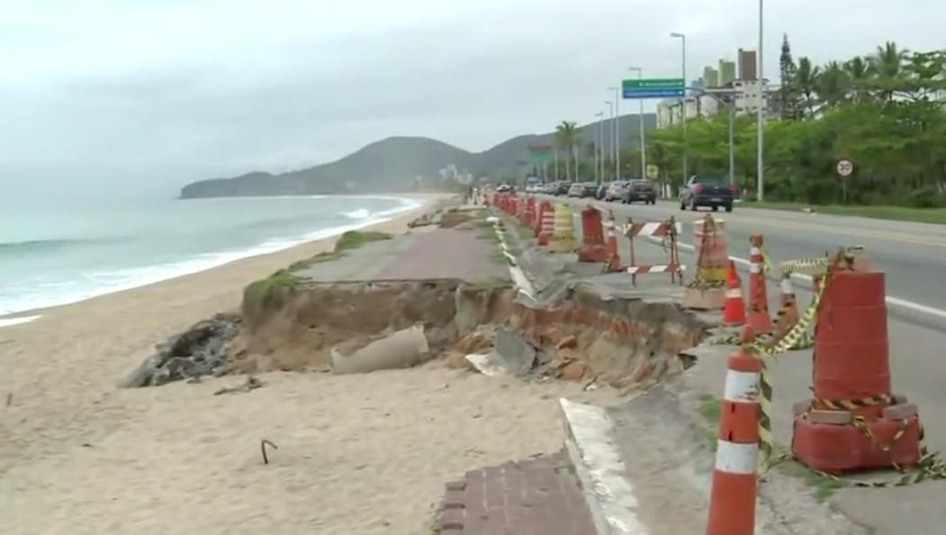 Ministério Público pede providências sobre cratera na orla da Praia Massaguaçu, em Caraguá