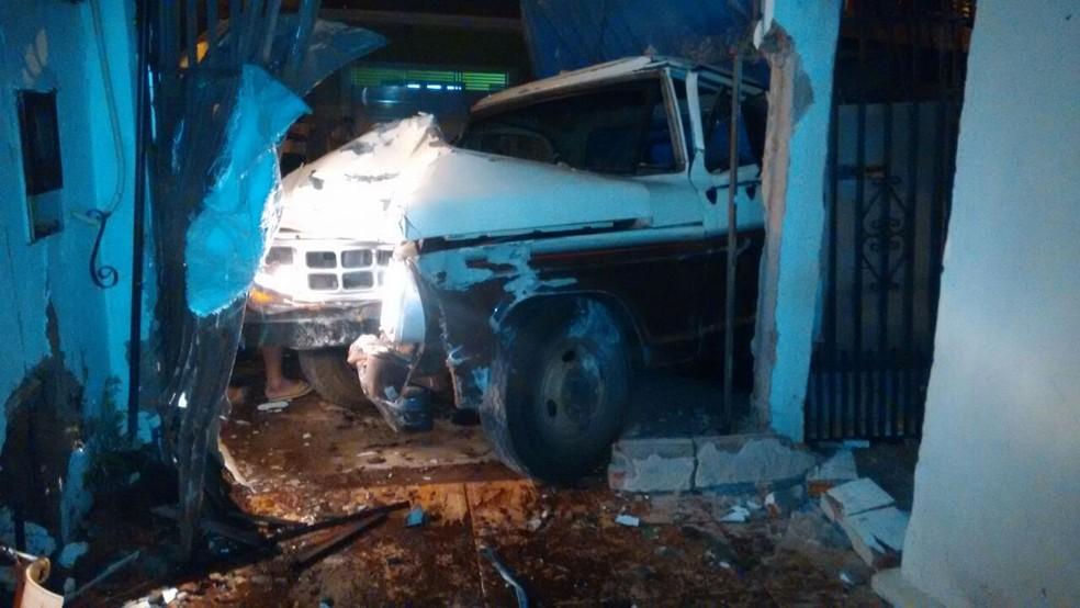 Motorista fugiu após o incidente e deixou a caminhão no local em Jaú (Foto: Samuel de Carvalho / Arquivo pessoal )