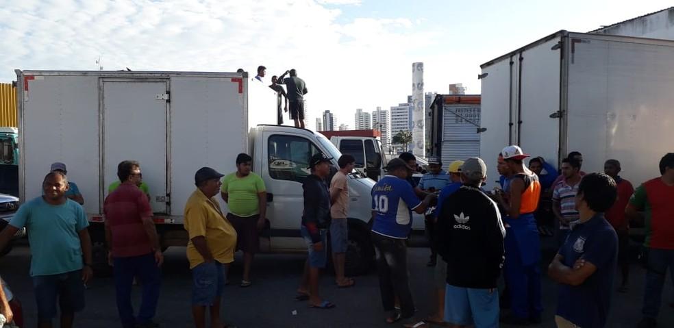 Permissionários da Ceasa, em protesto contra aumento de taxa de condomínio dos boxs. — Foto: Klênyo Galvão/Inter TV Cabugi