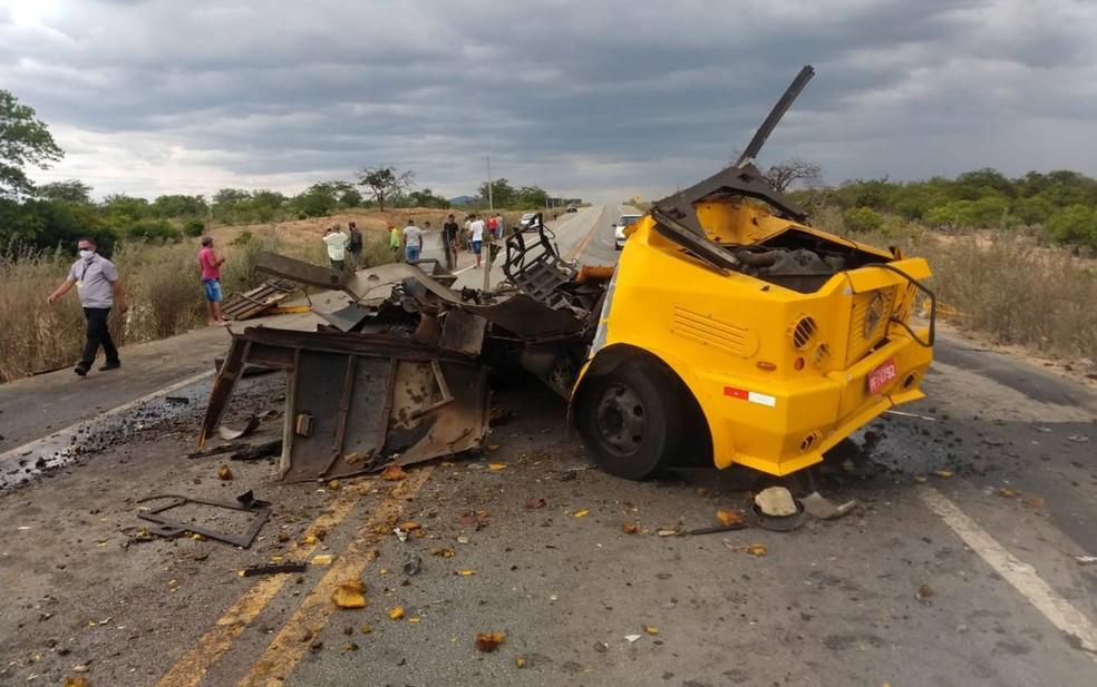 Bandidos armados atacam e explodem carro-forte em rodovia do norte da Bahia — Foto: Kris Lima/TV São Francisco