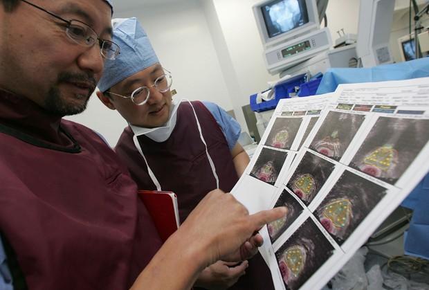 Médicos analisam imagens do câncer em universidade em São Francisco (Foto: Justin Sullivan/Getty Images)
