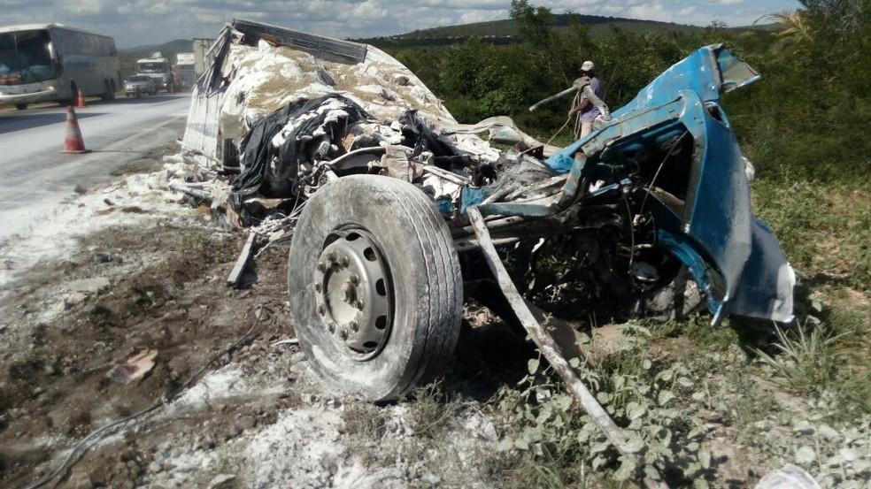 Veículos ficaram destruídos na colisão (Foto: Blog Itiruçu Online)