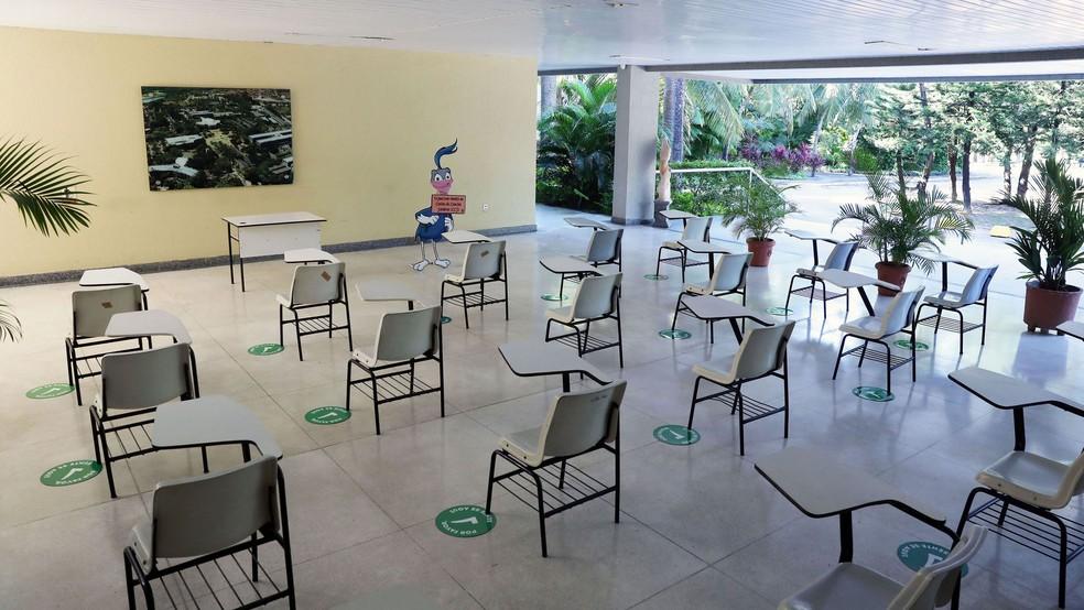 Carteiras com maior distanciamento fazem parte dos cuidados tomados pelas escolas que retomarão o ensino presencial. — Foto: Ares Soares