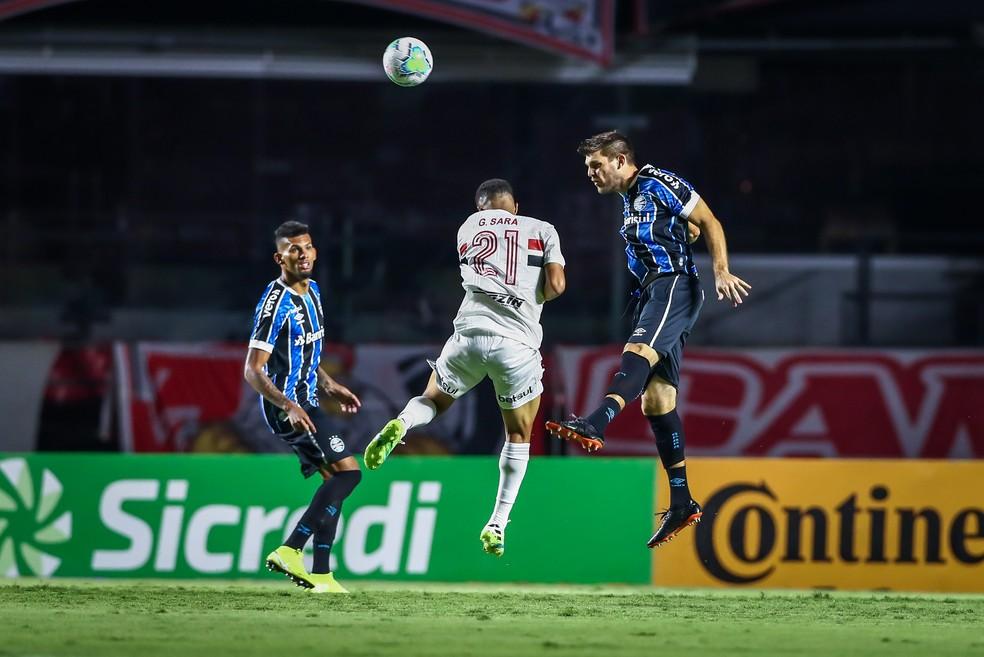 Rodrigues e Kannemann se impuseram ao ataque do São Paulo — Foto: Lucas Uebel/Grêmio