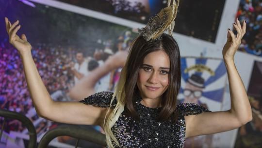 Alessandra Negrini e Max Weber dão dicas de maquiagem de Carnaval; vídeo