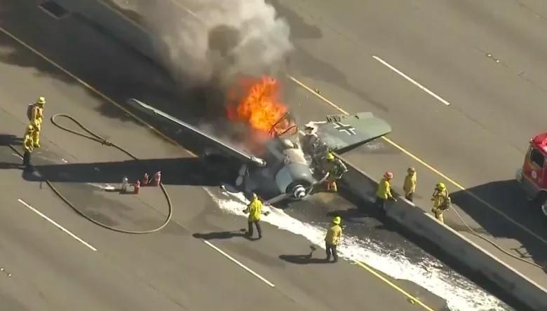 Bombeiros combatem o fogo de avião  (Foto: Reprodução)