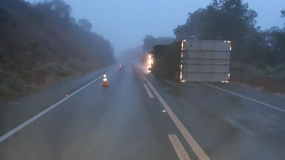 Caminhão tombou na BR-365 — Foto: Polícia Rodoviária Federal/ Divulgação