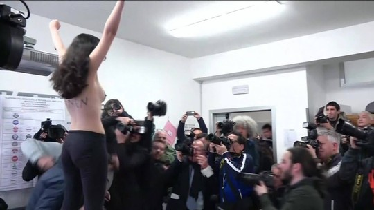 Ativista protesta durante voto de Berlusconi na Itália