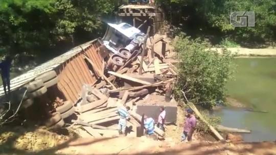 Ponte desaba e carreta que transportava gado cai em rio no TO; veja vídeo
