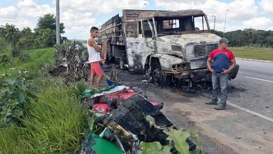 Caminhão com carga de tinta fica destruído após pegar fogo na BR-101 na PB