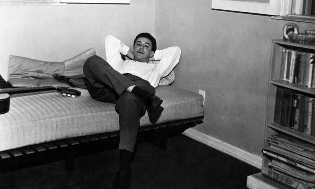 João Gilberto descansa em quarto de hotel, após apresentação realizada em Buenos Aires, na Argentina, em outubro de 1962