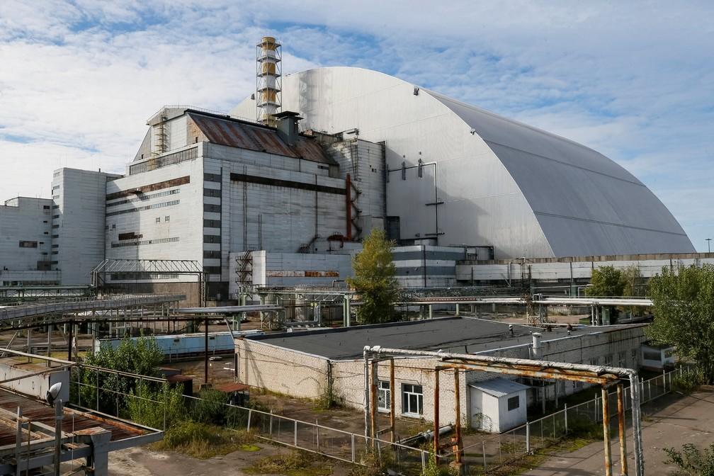Um novo Arco de Confinamento Seguro que cobre o quarto reator danificado da usina nuclear de Chernobyl é visto perto de uma usina solar recém-construída em Chernobyl, Ucrânia — Foto: REUTERS/Gleb Garanich