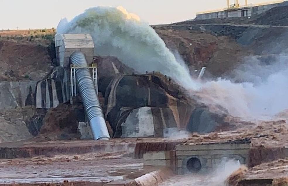 Tubulação de barragem rompe no interior do Ceará — Foto: Darlene Barbosa/SVM