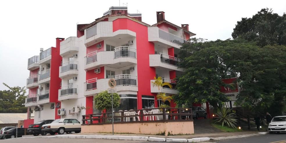 Crime ocorreu em apart-hotel em Canasvieiras, Florianópolis (Foto: Thomas Braga/NSC TV)