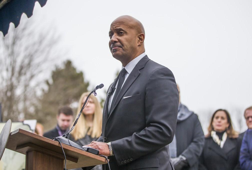 O procurador-geral de Indiana, Curtis Hill, fala durante o enterro em massa de mais de 2 mil fetos humanos em South Bend, Indiana, na quarta-feira (12). — Foto: (Robert Franklin/South Bend Tribune via AP