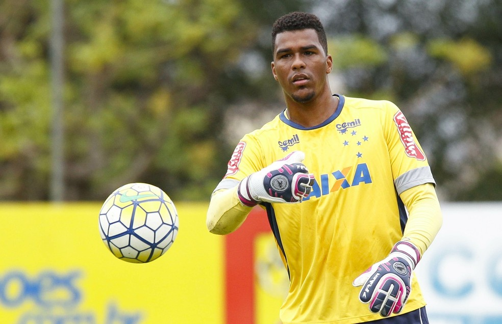 Goleiro Elisson, ex-Cruzeiro, anunciou a morte do filho nas redes sociais — Foto: Washington Alves/Light Press