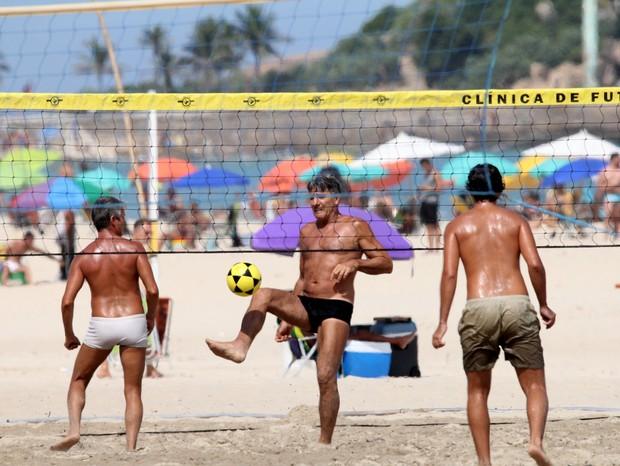 Renato Gaúcho joga futevôlei em praia no Rio de Janeiro (Foto: JC Pereira/Agnews)