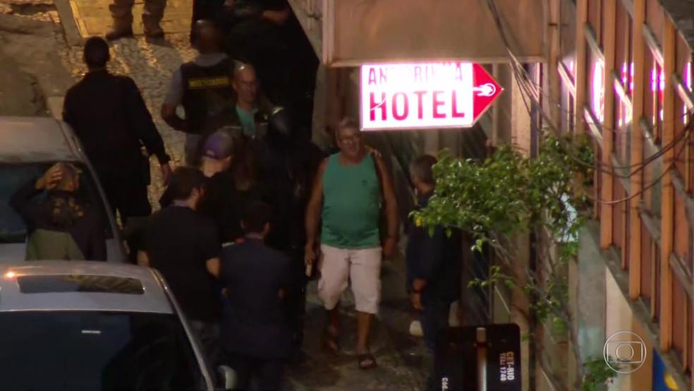 Homem que era mantido refém é retirado de bar na Lapa — Foto: Reprodução/TV Globo