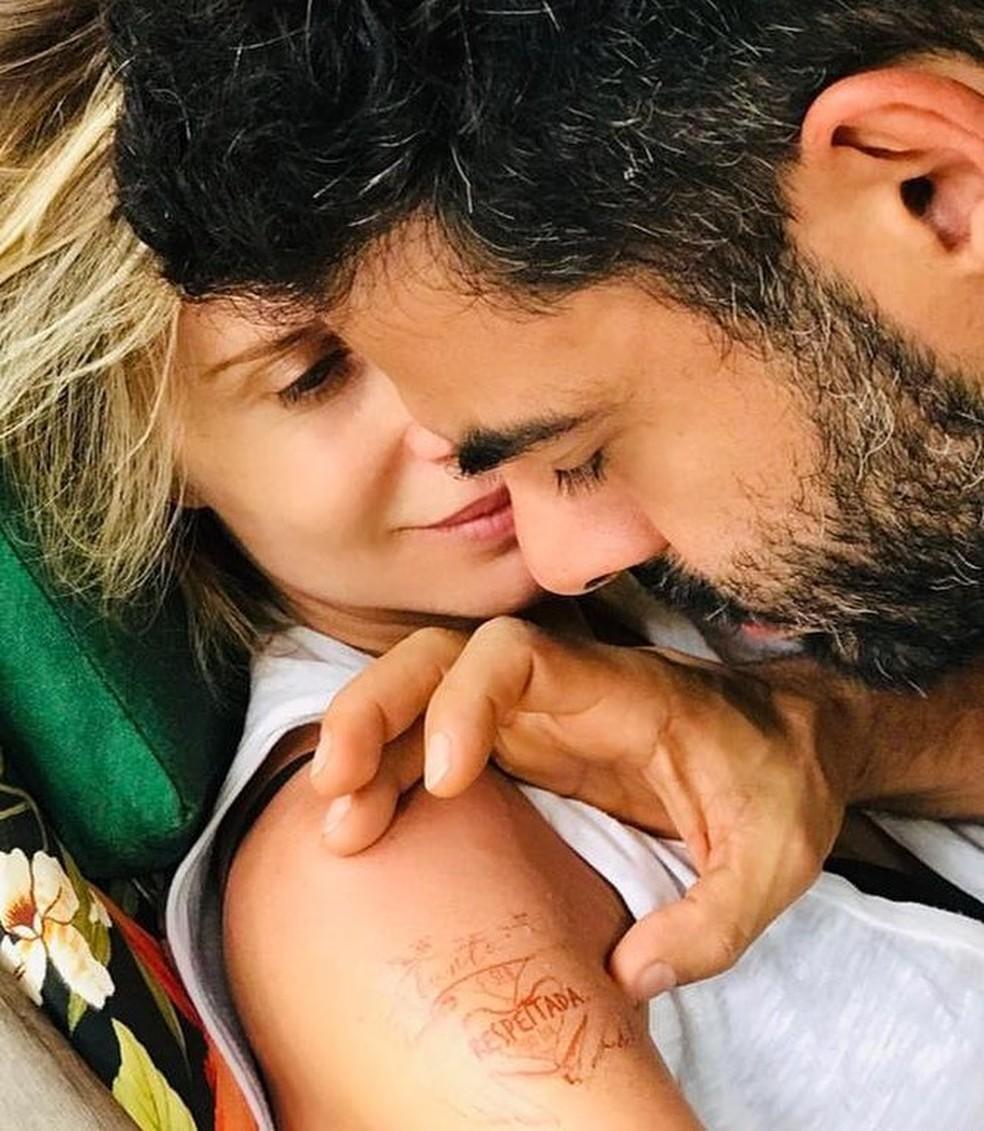 Ana Cecília Costa Atriz paula burlamaqui faz 'tatuagem' em homenagem ao dia da
