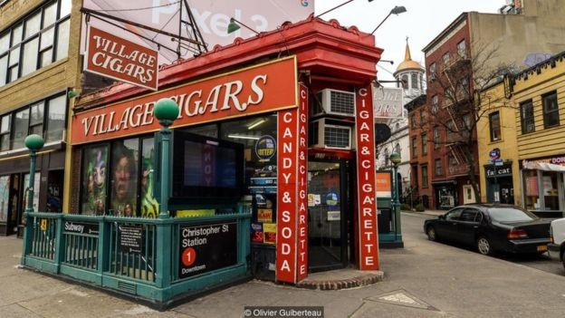 O Triângulo de Hess está localizado na calçada de uma tabacaria no bairro Greenwich Village (Foto: OLIVIER GUIBERTEAU, via BBC News Brasil)